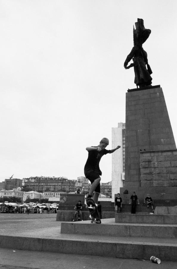 Skaters on a memorial, Vladivostok
